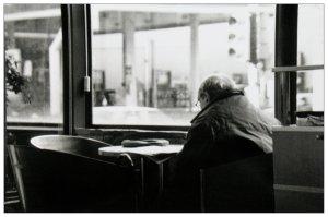 solitario en un cafe
